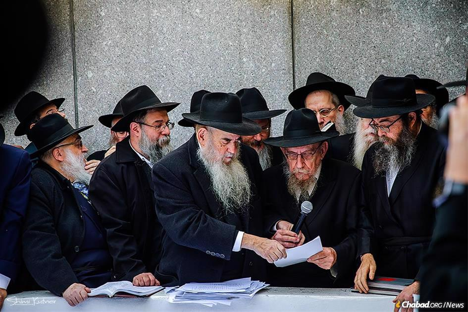 "The ""pan klali"" letter, which was signed by many Chassidim, was read at by Rabbi Moshe Lazar, Rav of Chabad-Lubavitch in Milan, Italy, second from right, and assisted by Rabbi Moshe Kotlarsky, vice chairman of Merkos L'Inyonei Chinuch, the educational arm of the Chabad-Lubavitch movement. (Photo: Shimi Kutner/Kinus.com)"
