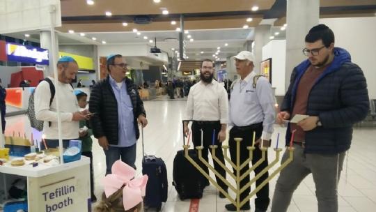 דוכן חבד בשדה התעופה