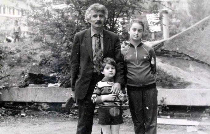 Uma das nossas últimas fotos de Saratov, com meu pai e meu irmão do lado de fora do nosso apartamento.