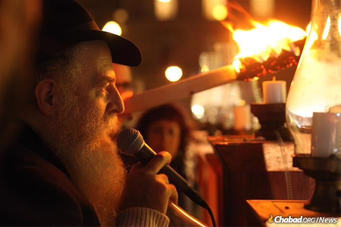 The giant menorah lights up the chilly night. (Photo: www.billgrahammenorah.org)