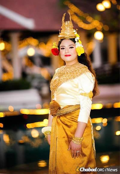 The bat mitzvah girl in traditional Cambodian dress. (Photo: Kang Predi/Teh Ranie)