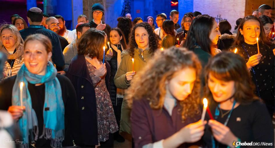 Havdalah for hundreds of young Jews from around the world, who gathered in the Crown Heights neighborhood of Brooklyn, N.Y., to experience life in a vibrant Chassidic community at the Chabad Young Professionals Shabbaton. (Photo: Sholem Srugo)