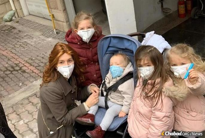 Sarale Henig and children in Chengdu