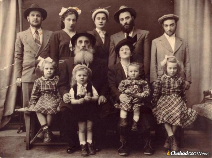 Peretz Mochkin and family before they left France. Front: Chiena (Schapiro) Lazaroff, Nachman Schapiro, Fradel (Schapiro) Mishulovin, Raizel (Schapiro) Schreiber. 