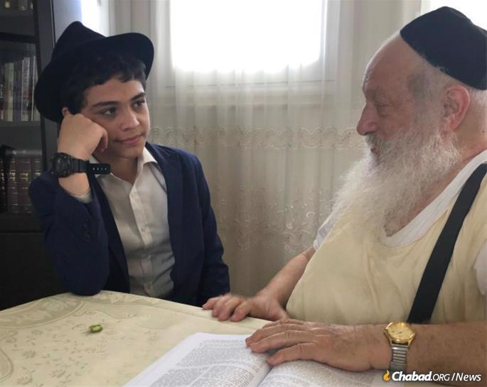 Il faisait étouffant dehors, et le Rav Eidelman, éternel enseignant de Torah, était assis sous un ventilateur, vêtu d'un tsitsit de laine et de bretelles noires. Il a bombardé Menahem Berkowitz, un jeune visiteur des États-Unis, de questions sur ce qu'il apprenait à la yeshiva et sur sa connaissance des lois de la prochaine fête de Soukkot.