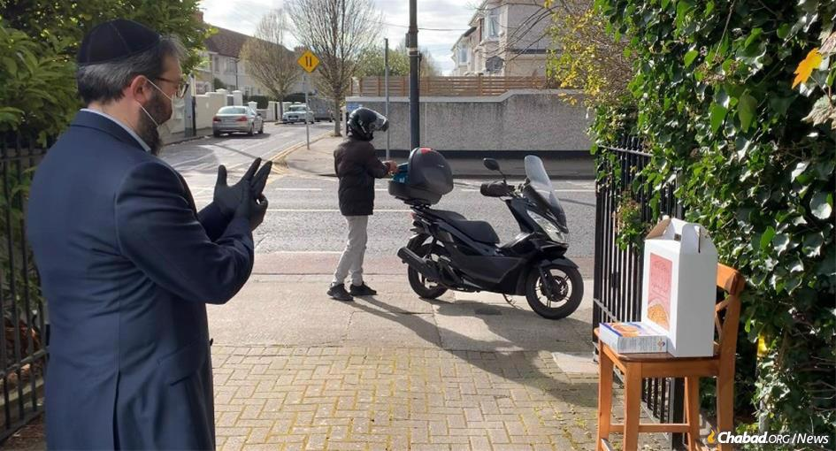 Chabad-Lubavitch of the UK has partnered with popular food-delivery app Deliveroo to ensure that all Jews across the United Kingdom and Ireland can conduct a Passover Seder.
