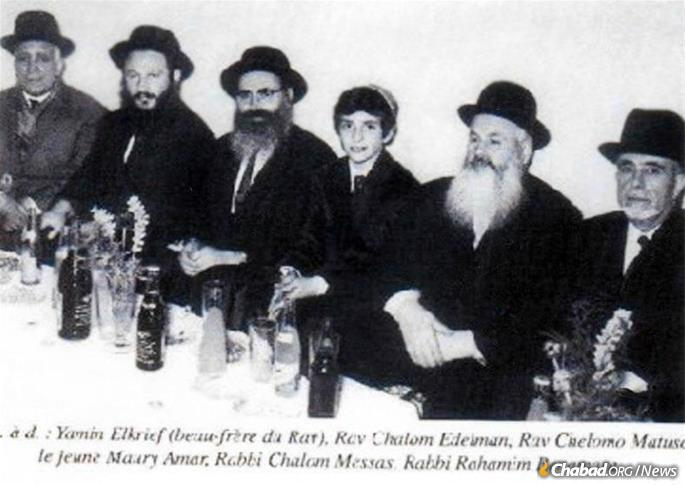 Le Rav Eidelman, deuxième à gauche, à la bar-mitsva d'un élève.