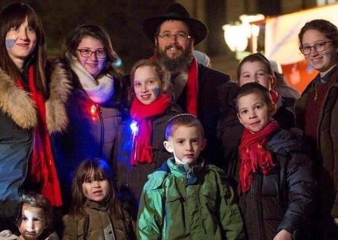 הרב בני וולף עם אשתו, שטרני, ושמונת ילדיהם