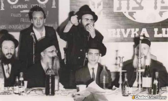 Le Rav Yehouda Leib Raskin, au centre, à la bar-mitsva de son fils Its'hak, avec le Rav Eidelman et le Rav Chlomo Matusof et le grand rabbin Rav Chalom Messas