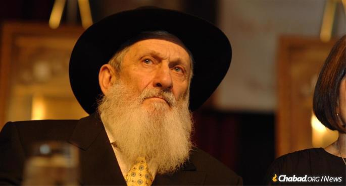 Rubashkin at Colel Chabad's annual dinner. He refused to allow himself to be honored even after he became a major donor to the organization, agreeing only after the Rebbe insisted that he accept this.