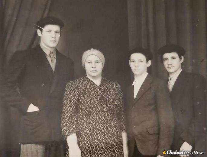 Schwei brothers, l. to r. Aisik, Aharon Yaakov and Baruch Shalom, with their mother.