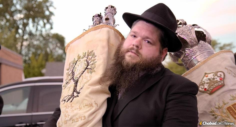 Rabbi Motti Kopman at the dedication of a new Torah scroll his family had donated to the synagogue. (Photo: Alex Kleyman)