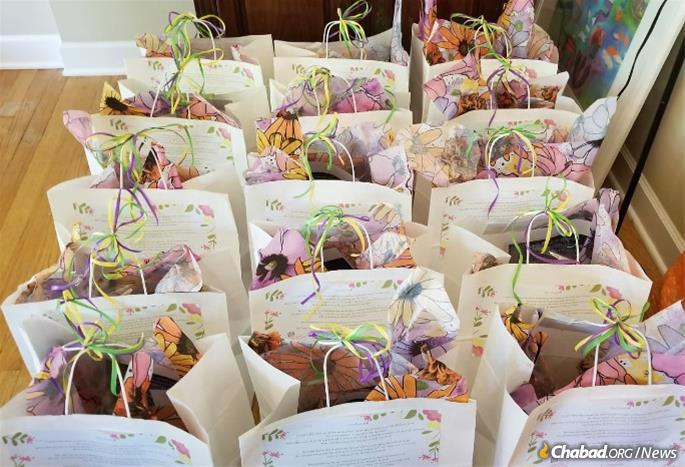 """A total of 100 Shavuot """"TLC"""" kits were distributed in Deerfield, Ill."""