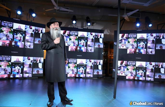 Rabbi Chaim Shaul Brook, who recently recovered from COVID-19, addressed the gathering (Photo: Itzik Roytman).