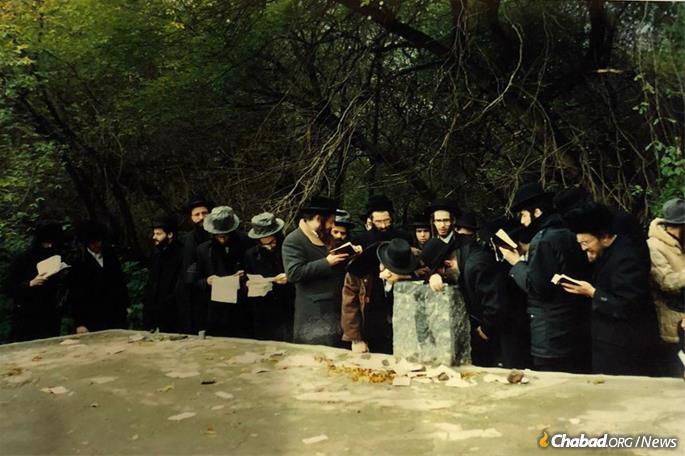 A group of Chassidim pray at Rabbi Levi Yitzchak's gravesite during Perestroika in the late 1980s.
