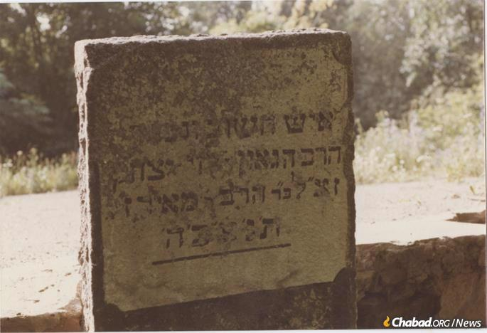 The headstone of Rabbi Levi Yitzchak of Berdichev erected by Chabad-Lubavitch activists Dovid Nachshon and Avi Taub as part of the first restoration work at the site in the late 1980s.