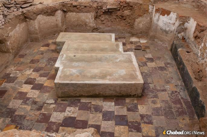The digging revealed five feet of elegant plastered brick walls from the original structure that stood there until the 1930s, a tiled floor and four horizontal gravestones. (Photo: Chabad of Berdichev)