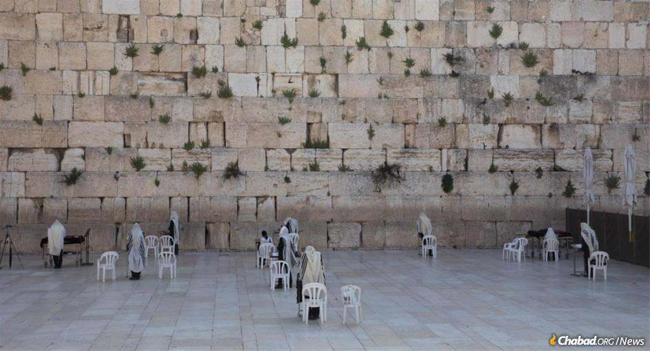 Each year tens of thousands of worshippers gather at the Kotel (Western Wall) in Jerusalem for Tisha B'Av prayers. With the pandemic continuing in Israel, only a few full-time residents of the Old City will be permitted to pray there this year. (Photo: Nati Shohat/Flash90)
