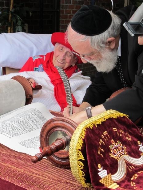 Torah Elizabeth.jpg
