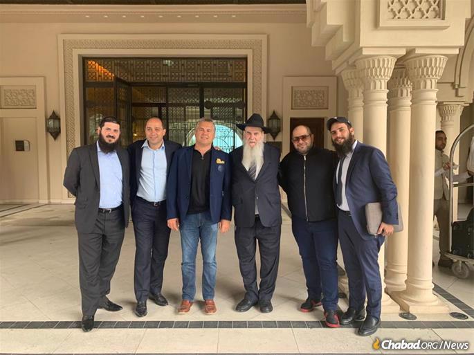 Rabi Moshe Kotlarsky (terceiro a partir da direita), vice diretor de Merkos L'Inyonei Chinuch, numa visita com a comunidade judaica nos Emirados. Rabi Duchman está à direita e Rabi Mendy Kotlarsky, diretor do Merkos Chabad 302, está à esquerda.
