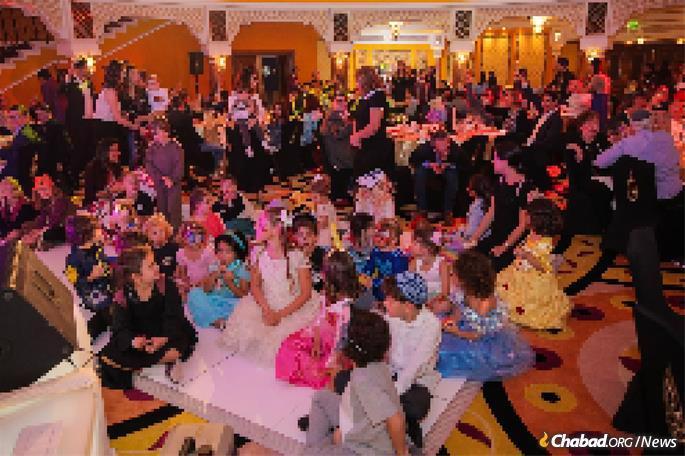 Centenas de crianças e adultos no evento de Purim de Duchman nos Emirados.
