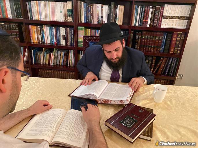 Rabi Duchman estuda em sua sinagoga com um membro da comunidade judaica dos Emirados.