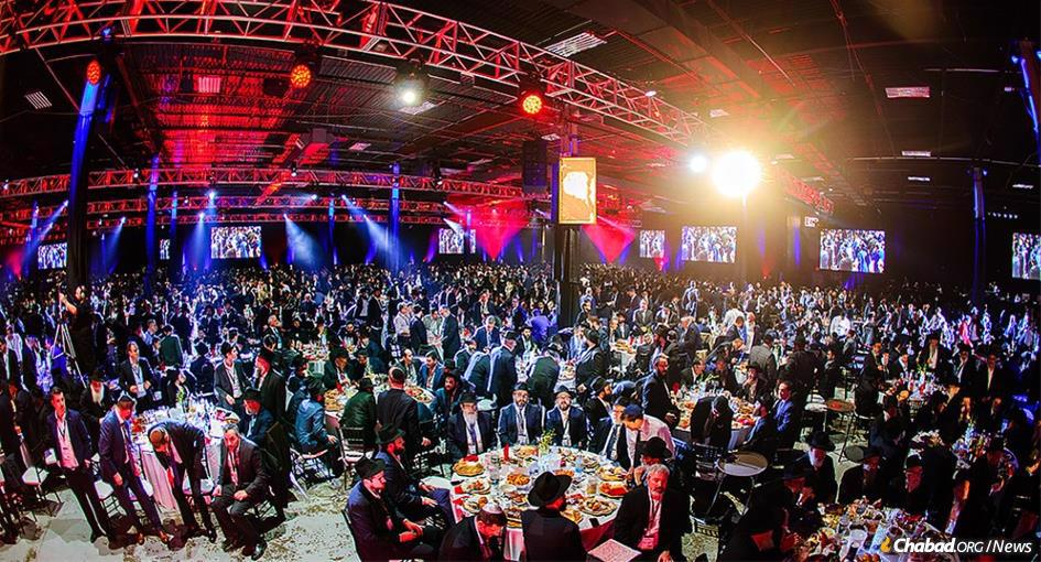 Last year, more than 5,800 Chabad-Lubavitch emissaries and guests gathered for the annual banquet in New York. (Photo: Shimi Kutner/Kinus.com)