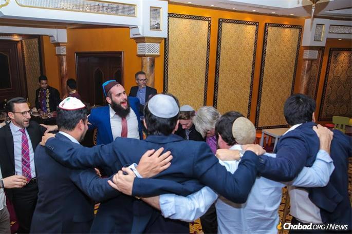 Rabi Levi Duchman (centro) e judeus dos Emirados Árabes Unidos celebram o feriado de Purim no Hotel Burj al Arab. Duchman tem sido o único rabino residente nos Emirados pelos últimos seis anos e o movimento Chabad-Lubavitch recentemente anunciou sua nomeação como emissário Chabad aos Emirados.