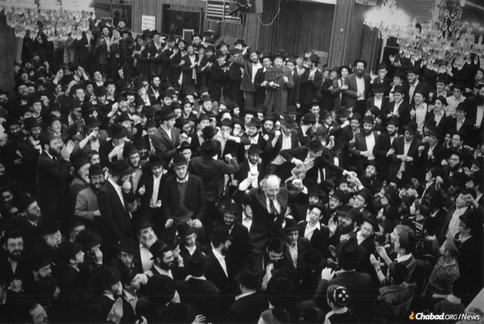 Nathan Lewin held aloft by students at 770 Eastern Parkway on Hei Tevet 5747 (Jan. 6, 1987), after a judge ruled that the Chabad-Lubavitch library in its entirety belonged to the Lubavitch movement.(Photo: Nathan and Rikki Lewin)