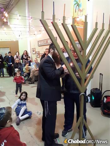 Hecht leads a menorah-lighting in Penticton. (Credit: Chabad Okanagan)
