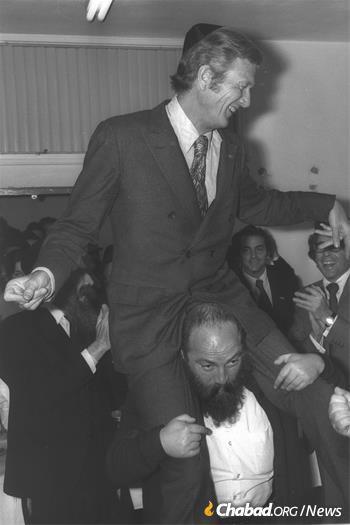Mayor John Lindsay gets a warm welcome in 1972 in the village of Kfar Chabad, Israel. (Credit: Moshe Milner/Government Press Office)