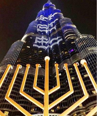 Primeira Chanukyiá pública Erguida nos Emirados Árabes Unidos, liderada pelo Rabino Levi Duchman de Chabad-Lubavitch. (Crédito: Yehuda Lavi / JCC dos Emirados Árabes Unidos)