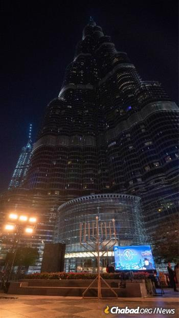 La ménorah de 3,6 m se dresse au pied du Burj Khalifa, le plus haut bâtiment du monde, pendant les huit nuits de 'Hanouka. (Crédit: Yehuda Lavi/JCC des EAU)