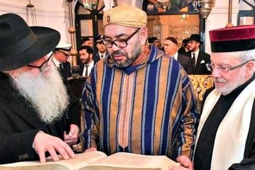 Rei Mohammed VI do Marrocos em visita à sinagoga no Centro de Herança Judaica de Bayt Dakira. Foto: apostila oficial.