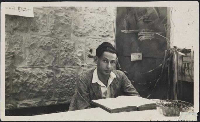 Gershom Scholem estudando o Zohar em uma sucá, Israel, 1925.