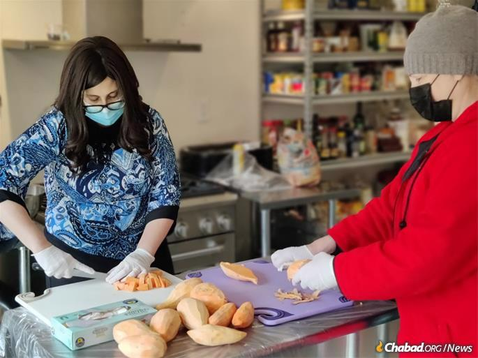 Chanie Lazaroff, l., and Shannon Seth at Chabad of Uptown in Houston, preparing hot soup and food for people without clean water or food in their homes because of power loss, low water pressure and burst pipes.