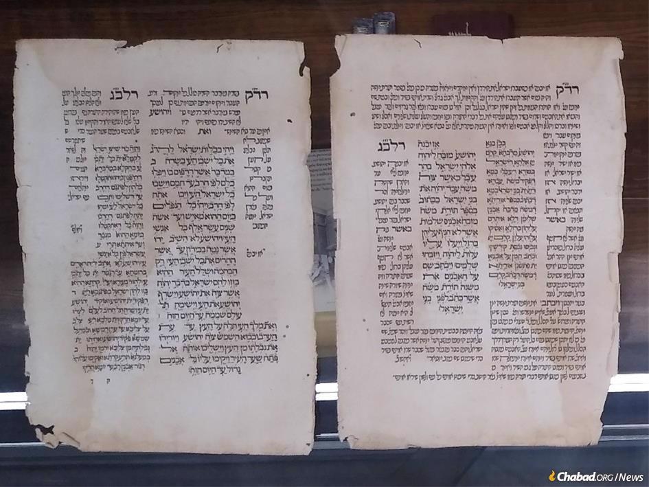 """דף מפרשנות ספר יהושע שהודפס בלייריה, פורטוגל, בשנת 1494. הדפוס הוכנס לארץ בשנת 1487, והיהדות נאסרה רק כעבור 10 שנים.  זהו חלק מהאוסף בספריית אהרון וג'ושוע נאצר בבית חב""""ד אבנר כהן שנבנה לאחרונה בקאסקאיס, פורטוגל."""