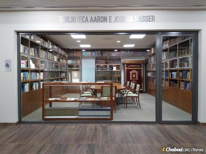 """הספרייה נמצאת בלב בית חב""""ד אבנר כהן קאזה שנבנה לאחרונה בקאסקאיס."""