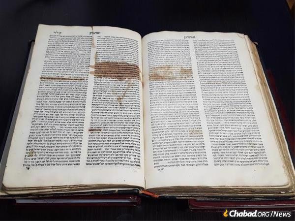"""במהדורה זו של """"צרור המור"""" של הרב אברהם סבא, שנדפס בשנת 1567, ניתן לראות כיצד צנזורים ניסו לחסום קטעים שהיו ביקורתיים על הרדיפה הקתולית בפורטוגל."""