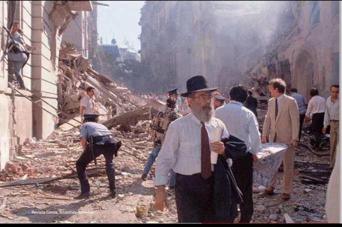 Iser sale ileso de entre los escombros de la Embajada. (Gentileza Revista Gente)