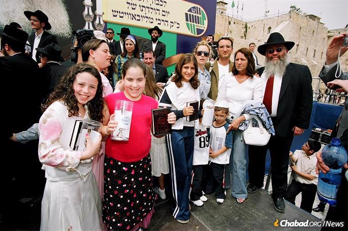Gurevitch hosting a Colel Chabad event at the Kotel in Jerusaelm. (Photo: Colel Chabad)