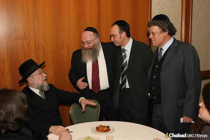 Introducing donors to Rabbi Israel Meir Lau, then the chief rabbi of Israel. (Photo: Colel Chabad)
