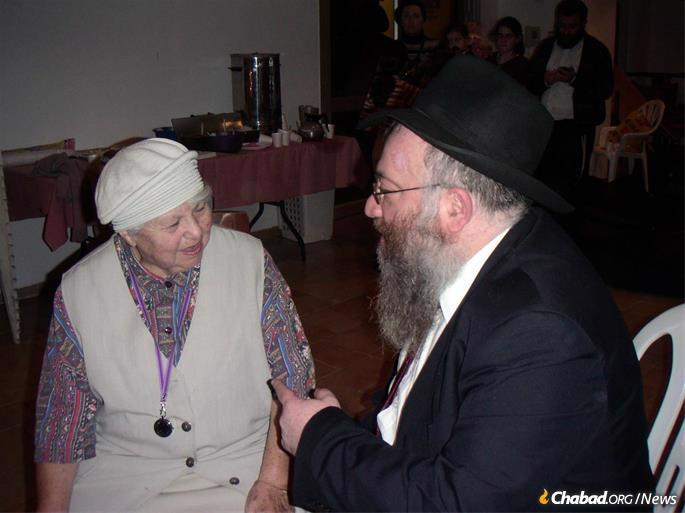 Gurevitch with an elderly beneficiary of Colel Chabad in Arad, Israel. (Photo: Colel Chabad)
