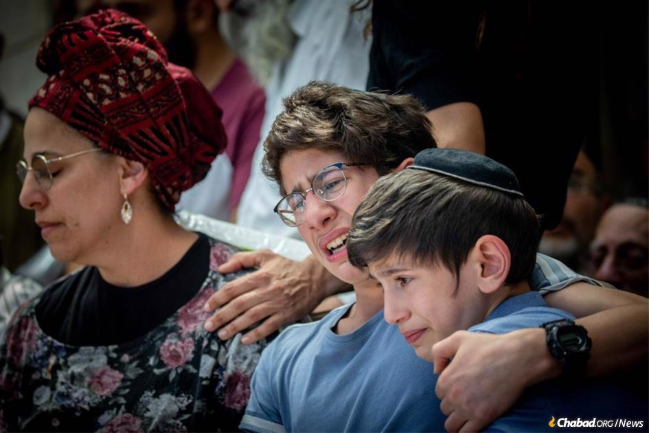 Friends and family mourn at the funeral of Yehuda Guetta, who was killed in a terror attack at a bus stop in northern Samaria. (Photo: Yonatan Sindel/Flash90)