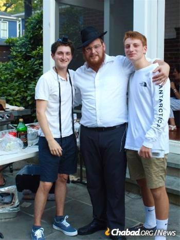 Rabbi Nossen Fellig with Duke students