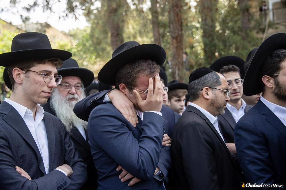 Thousands of mourners gathered at the resting place of Avrohom Daniel Ambon, a yeshivah student from Argentina who died in the tragedy in Meron on Lag BaOmer. (Photo: Yonatan Sindel/Flash90)