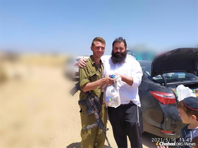 Rabbi Asher Pizam with an IDF solder.
