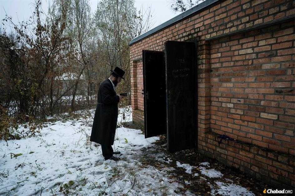The resting place of several early Rebbes of Chernobyl, now within the Chernobyl Exclusion Zone, where public access and inhabitation are restricted due to radioactive contamination from nuclear fallout (photo: Pierpaolo Mittica/Parallelozero).