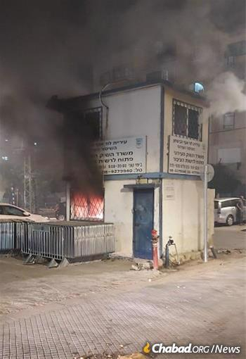 A police shack near the Lod shuk is set aflame.