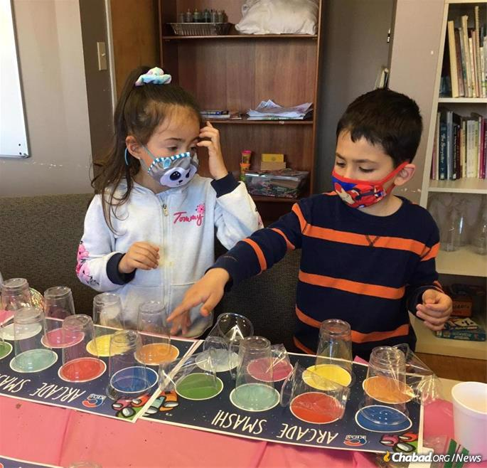 Learning to do mitzvot can be fun. (Photo: CKids)